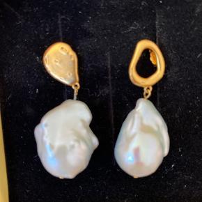Helt nye øreringe fra Enamel  Aldrig brugt Findes i butikkerne lige nu   Kan hentes i Rødovre  Køber betaler porto og gebyrer
