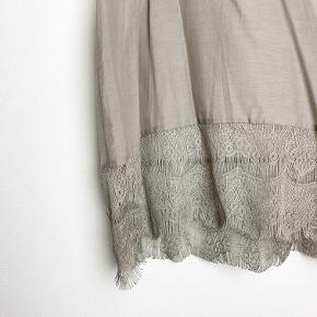 Day Birger et Mikkelsen grå blondetop i bomuld- og silkeblanding.
