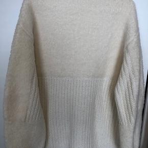Super lækker sweater fra Malene Birger. Halvt ribbet strik og  halvt blødt lammeskind.  Prøv evt at Google, da det er lidt svært at tage billeder af hvor lækker den er.  Ny pris 2499,- kr.