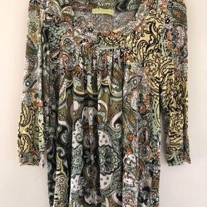 Mongul bluse med fint farverigt mønster. Brugt få gange, fin stand, ingen brugsspor.