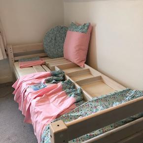 Halvhøj seng med madras , gardiner til under sengen, stor pyntepude, pudebetræk ( 56x66 cm) gardiner til vindue ( 156x155 cm , 2 stk)