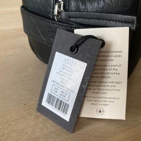 Helt ny Still Nordic toilettaske i sort læder. Model: München Toiletry.  Oprindelig pris 500 kr.  Se også mine andre annoncer.