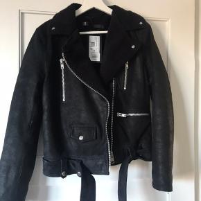 Sælger min lækre jakke fra Munderingskompagniet. Er aldrig brugt og stadig med prismærke i. Ny pris var 2500, men giv et bud. 100 % lammeskind