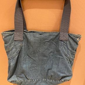 Super fed taske i blødt denim. Brugt ca 3 gange. Tasken kan bruges som både lille weekendtaske, skoletaske eller bare hverdagstaske.   Giver gode mængderabatter 🌸