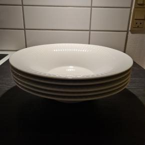 5 stk flotte store dybe tallerkener fra Kahler. Ny pris på tallerken er normalt 300 kr stk. Men sælges nu for 150kr stk. Spar 50 %! 😍 De har været brugt til hverdag, så har selvfølgelig lidt brugs spor. Men ingen skår eller voldsomme ridser.   Befinder sig i Århus C.