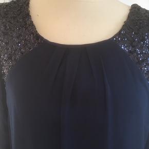Mærke: soaked in Luxury Style: Beaddres, X49584003 Størrelse: XS, passer også str S Farve: blå Materiale: polyester Kjolen. Kjolen er foret. Trekvart lange ærmer. Perlebesætning på forstykket. Stoffet er blødt og modellen er løs Stand: kjolen er ikke brugt, stadig med prismærke  Nypris: 599 kr  Sælges: 175 kr Bytter ikke Sætter pris på tilfredse købere