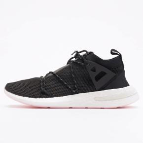 Fede Adidas arkyn, lige købt, kun prøvet på en tur til Brugsen Original æske Super fede og som at gå på skyer, men lige nummeret for store til mig 😕