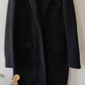 H&M Frakke i str 52 (XL) Sort Har tegn på brug og en enkelt fejl der kan ses på billede 3. Deraf prisen.