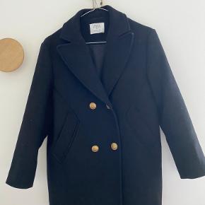 Fed jakke med knapper. Den er brugt max 5 gange, da den desværre er købt lige lille nok. Som ny! Bytter ikke.