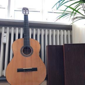 Rigtig fin begynder guitar.  Mangler en streng (det er dog nemt at skifte selv) Skal hentes i Aarhus