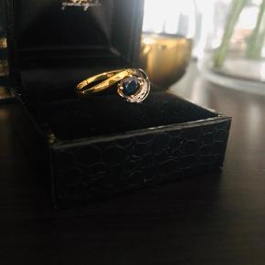 18 kt -Gold og hvid gold ring  0.40ct safir diamant og små diamanter 0.04ct, H farve og S1/S2 klarhed  Størelse 57  Ny pris omkring 9.500/10.000kr  Jeg sælger det, fordi jeg aldrig har brugt det, og jeg har brug for pengene til en investering