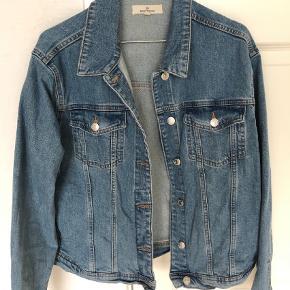 Brand: Basic apperal Varetype: Kort Farve: Denim Oprindelig købspris: 599 kr.  Helt ny denim jakke. Er købt for stor, derfor aldrig brugt. Vasket x 1