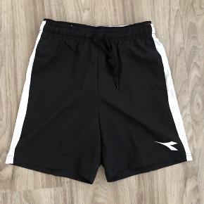 Et par helt nye shorts fra Diadora, str. 164. De er ret fede med en halvsynlig elastikkant i livet.  Der er ikke foer/ekstra net underbuks i.  Mp: 49,- pp  Bruger gerne mobilepay.  Se også mine andre annoncer. Har en del drengetøj.