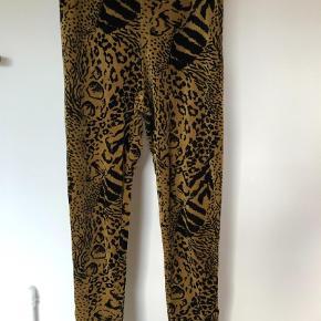 Varetype: Velour bux/legging m/lynlås ved foden Farve: Se billede Oprindelig købspris: 800 kr.