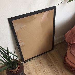 Plastramme saxnäs fra IKEA. Passer til en plakat på 50x70 (rammen er ca. 4 cm bredere end det)