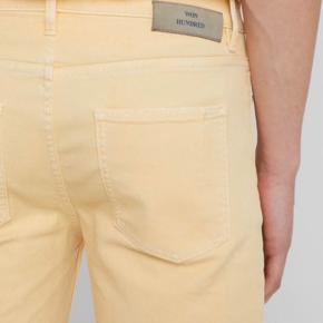 Won Hundred gule jeans. NYPRIS: 1200,-  Fit: straight leg. Blevet brugt én enkelt gang. Str 31. (Benlængde indvendig: 67 cm). Materiale: 98% Bomuld, 2% elasthan)    Kan prøves og hentes i Roskilde eller sendes mod betaling af fragt. Kan både sende med dao og postnord.
