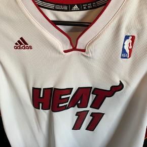 Original NBA spillertrøje, fra spiller nr. 11 Birdman, på det tidspunkt hvor den er købt. Købt i NBA-shoppen på Miami-stadion. Den er Youth str. XL i ekstra længde. Aldrig brugt. Den svarer til en str. L i voksen-herre str. Mål forsiden: 72 cm lang Mål bagsiden: 78 cm lang Bredde: 55 cm
