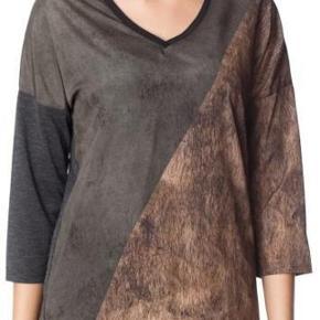Varetype: Bluse Farve: Se billede Oprindelig købspris: 250 kr. Pæn og velholdt bluse. Uden huller eller pletter.  Str XL  På tværs af bryst 57 Nakke og ned 70 100% polyester  #30dayssellout