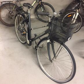 Centurion, le mans citybike sælges. Købt i august 2018 og er stort set ikke brugt. Der er påsat helt ny cykelkurv, den har 7 gear og punkterfrie dæk på både for -og baghjul. Fejler ingenting. Skriv for mere information.