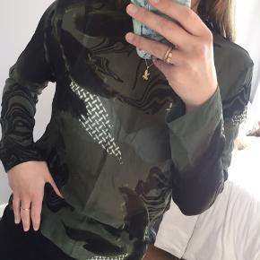 Gennemsigtig bluse fra Lala Berlin i grøn med sort og hvidt mønster.   📦 Køber betaler selv for fragt  📲 Handler via MP 🚫 Bytter ikke ⛔️ Tager ikke retur  ❗️ Først til mølle (varen er din, når pengene er modtaget)❗️