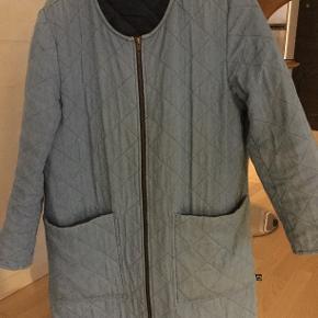 Demin frakke med let foder - super til foråret. Brugt men bestemt i den gode ende af god men brugt