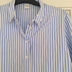 Lækker Eterna skjorte, stribet, den er lidt længere bagtil og skjorten i sig selv er også lidt længere end en klassisk skjorte længde