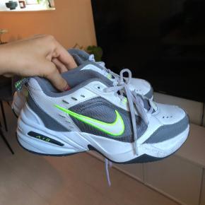 Nike air monarch Måler 24 cm  Sælger dem da de desværre er for små til mig