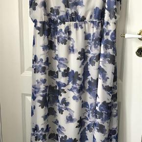 Varetype: Kjole Farve: Blå/Hvid Oprindelig købspris: 360 kr.  Lækker maxi kjole fra Junarose. Med hvid underkjole, der går til knæerne.     Kun brugt en gang!   100% polyester.