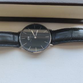 Sælger mit Daniel Wellington ur, grundet at jeg ikke bruger det mere. Uret har et par næsten usynlige ridser, som man overhovedet ikke lægger mærke til. Den originale æske medfølger selvfølgelig. Du er velkommen til at komme med et bud.
