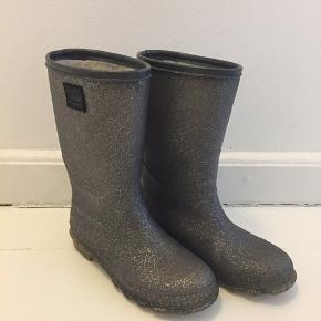 Fine grå gummistøvler med sølvglimmer og foer.