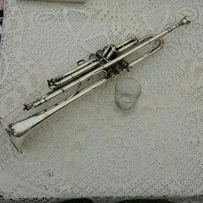 Cool gammel trompet med dine perlemors lignende knapper. Arvestykke.