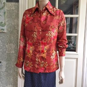 Vintage skjorte fra 70'erne. Er som ny. Polyester i en glat duchesse-agtig kvalitet. Bryst 106cm. Liv 97cm.  Se også mine mange andre sager. Jeg giver gerne mængderabat.  #vintageskjorte #Secondchancesummer