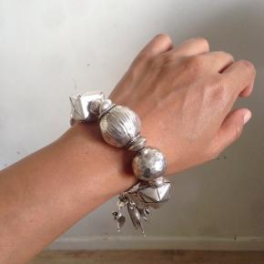 95% sølv armbånd, med mange flotte charms stykke. Har mange flere til salg. Også mange flotte sten armbånd. Laver også custom made. Skriv ved interesse. :)