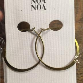 NoaNoa øreringe, hoops, guldfarvede. Diameter 3,5cm. Stadig i indpakning. Nypris 129. Sælges til 60kr Kan hentes Kbh V eller sendes.