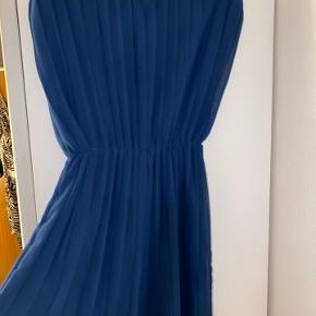 Kjolen er købt i Zara, København. Og er blevet brugt 1 gang til bryllup Np. 575kr