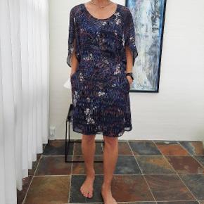 """Smuk blå """"Trixie"""" kjole med bånd fra siderne af taljen der bindes bagpå.  Brugt få gange og fremstår som ny. Til salg i flere grupper!"""