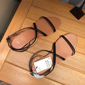 HM sandaler, der aldrig er brugt.   Kan afhentes på Amagerbro eller sendes med DAO. Evt fragt lægges oveni prisen.