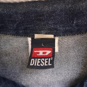 Den fedeste diesel denim jakke.  Brugt 2 gange  Fremstår som ny.  Str. large men er en lille large og stor medium, hvor der er plads til tyk strik.  Fede detaljer med gule syninger.  Model er lidt mere lige op og ned model.