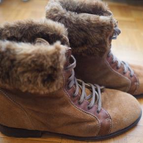 Bottes en daim avec crampons. Très chaudes pour l'hiver.Peu utilisées car un peu trop grandes pour moi.