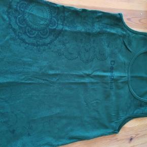 Varetype: Top Farve: Grøn,  Bordeaux  Matcher de shorts jeg har til salg. Sælges samlet el sammen med shorts