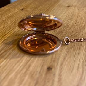 Næste ny lang justerbar halskæde i kobberagtig farve med sølvfarvet detalje sten