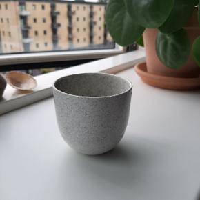 Fin lille kaffekop i keramik med glasur med mønster (se billede). Super fin. Aldrig brugt