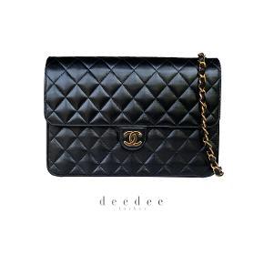 Sort Chanel klassisk taske med 24k ægte guld på hardware. Kan bruges på skulder, crossbody og som clutch (kæde kan gemmes helt væk indeni).   I som ny stand.   Mål: 25x18x6cm.   Fast pris: 16700dkk. For køb og spørgsmål skriv til info@deedee-tasker.dk