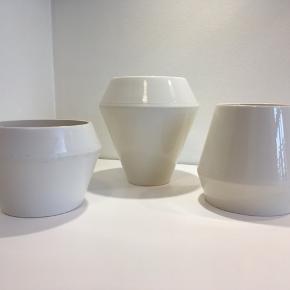 Flere By Lassen Rimm vase i blank hvid glasur. By lassen har skabt en elegant og stilren serie af vaser og urtepotter.  Rimm vasen har et underspillet elegance, og har et både stringent og moderne udtryk.