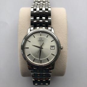 Omega De Ville Prestige. Serienr. 59123226. Calibre nr. 1532 35 mm. Uret er serviceret. Der medfølger ekstra led og diverse certifikater samt æske.