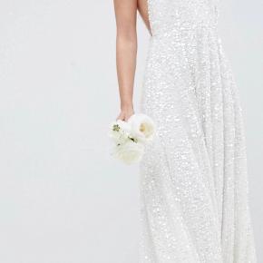 Aldrig brugt. Brudekjole i hvid paillet. Virkelig smuk på.