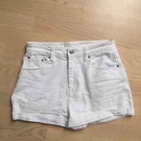 Hvide weekday shorts sælges ! Størrelsen er w38, som også ses på sidste billede :)   Kom med et byd  Np: 350,-