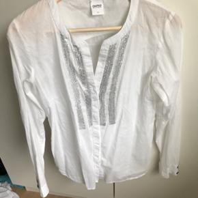 Oxmo skjorte med sølv pailletterStr XS men stor og passer derfor bedre en S