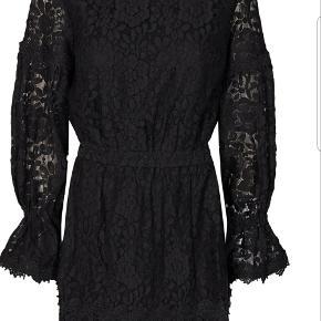 Kjole fra Storm & Marie - modellen LIZZA-SDR. Størrelse 38.  Kjolen er aldrig brugt og har stadig prismærke på.  Ny pris 1400.  Sælges for 600 kr.