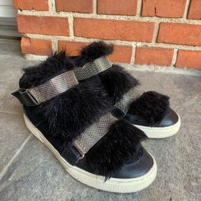 Sælger disse super flotte Sofie Schnoor sko. De er super flotte og næsten ikke brugt, dog har de fået lidt slid. Se de sidste to billeder  Prisen er ikke fast, og du er velkommen til at byde ☺️ Skoen er størrelsestilsvarende